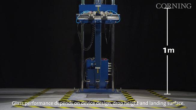 Corning'in hazırladığı test ekipmanı, 1 metreden yere düşme simülasyonunu sağlıyor.