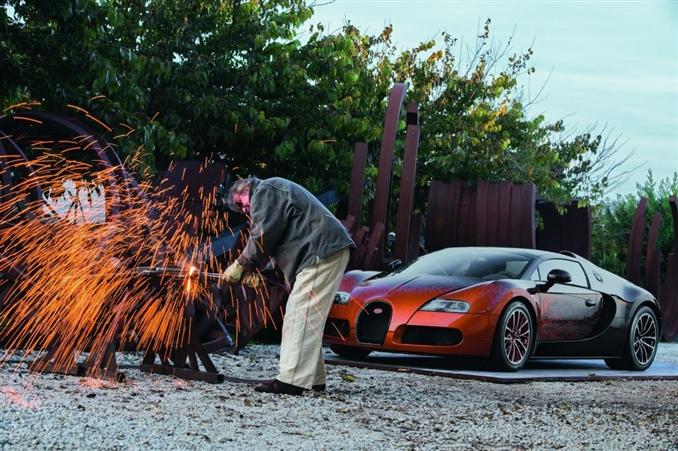 """Süpersporlar arenasında apayrı bir yere sahip olan Bugatti Veyron Grand Sport'un """"Bernar Venet"""" adlı özel serisi gün yüzüne çıktı."""