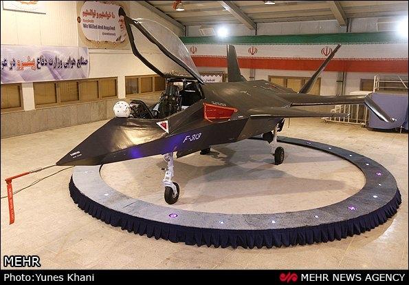 """Tahran, 02 Şubat 2013 – Tamamen yerli yapımı olan """"Gaher-313"""" savaş uçağı Cumhurbaşanı Ahmedinejad'ın katılmasıya tanıtıldı."""