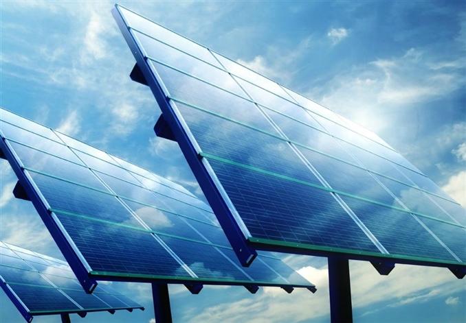 Güneş Enerjisi : Sahip olduğumuz en temel ve en büyük enerji kaynağı güneştir. Güneş enerjisini iki yolla günlük yaşantmızda ev ve iş yerlerinde kullanmaktayız. Su ısıtmak ve Elektrik Üretmek. Su Isıtma Sistemleri : Temel olarak küçük bir depo ve çok sayıda kıvrımı olan metal borudan oluşan sistem en ufak bir güneşte dahi suyu ısıtmaktadır. Elektrik Üretme Sistemleri : Başlıca 3 bölümden oluşur. Silisyum malzemeden üretilen güneş hücreleri, depolama birimi (akü) ve İnvertör (DC gerilimi Şebeke gerilimine çevirir). Bu 3 birim kullanılarak elektrik enerjisi üretilip kullanılmaktadır.