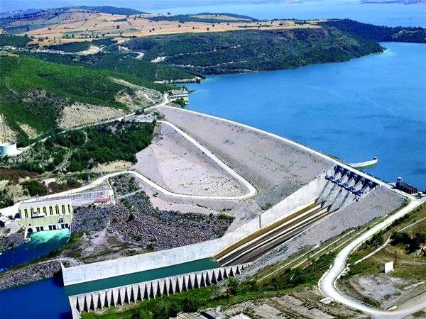 Hidroelektrik Enerji : Yerden belirli yükseklikte bulunan durgun suyun sahip olduğu potansiyel enerji, baraj kapaklarının açılmasıyla kinetik enerjiye dönüşür. Tıpkı rüzgar enerjisinde olduğu gibi kinetik enerjiye sahip su tanecikleri türbine çarparak motorun dönmesini sağlar bu sayede elektrik enerjisi üretilmiş olur