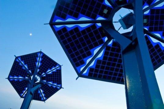 Bu dev yapraklar, gün boyunca güneş ışınlarını emen güneş panelleri görevini görüyor.Gün boyu sağlanan enerji karanlık olduğunda LED'leri yakmak için kullanılarak, yolu aydınlatıyor.