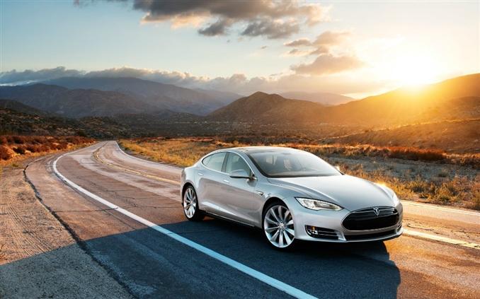 Tesla Model S : Oldukça şık bir tasarıma sahip olan Model S 100 km hıza 5.6 sn'de ulaşıyor. Performansıyla şaşırtan Model S'in maksimum hızı 201 km.