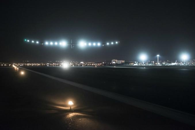 Bu uçaklar yalnız gündüz, güneşin varlığında uçmuyor, gece de yolculuklarına devam ediyor. Bu uçak 9 bin metre yükseklikten uçarken hem bütün yakıtını güneşten elde ediyor hemde elde ettiği bu enerjinin fazlasını depolayarak gece yolculuğu için kullanıyor.