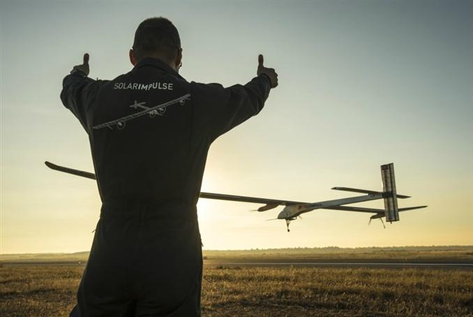 Andre Borschberg, gelecekte yolcu uçaklarının da daha hafif uçaklar ve geniş panellerle güneş depolayarak uçabileceğini söyledi.