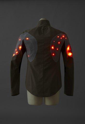 Tasarımlar sadece kadınlara değil, erkeler için de farklı seçenekler var. Burda Sportif bir cekete monte edilmiş.