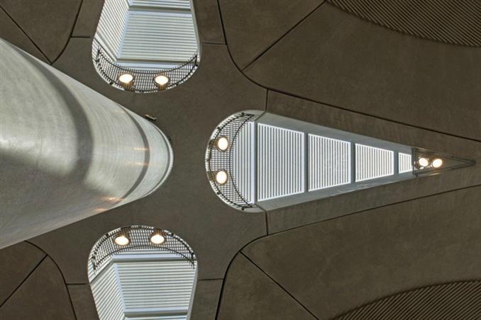 Ana binanın beton kaplı kubbeleri içeriye daha fazla ışık verenler ve enerji maliyetini düşürenler olarak birbirinden ayrılıyor.