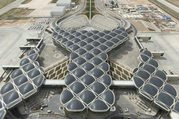 Palmiye yapraklarından esinlenilerek tasarlanan Queen Alia Uluslararası Havalimanı, enerji tasarruflu havalimanları arasındaki yerini aldı.