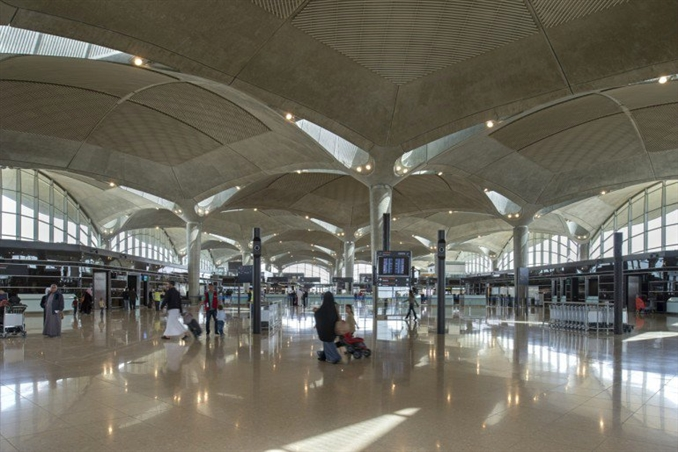 Tesis, büyük oranda Amman'ın sıcak iklimi için pasif bir çevre kontrolü sağlayan, yolcular için gölge alanı sağlayan beton kubbelerin birleştirilmesiyle inşa edildi.