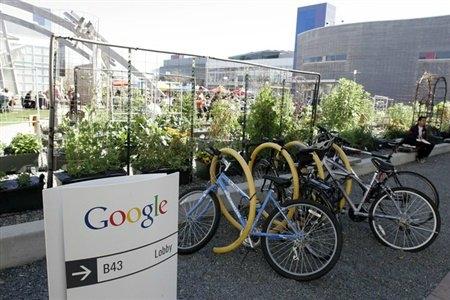 California'da dağlık bir bölgede bulunan 'Googleplex'de çalışanlar isterlerse bisikletle dolaşabiliyorlar.