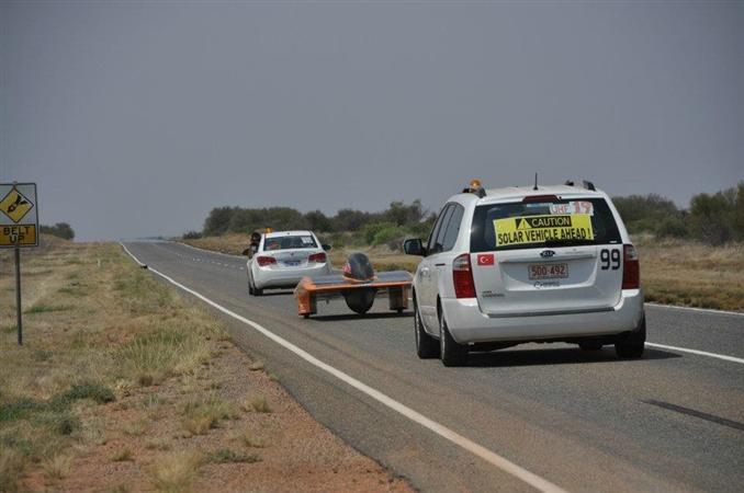 Gün bitimine doğru Sunatolia yoluna devam ediyor. Araç, arkasındaki iki araçla ekibin üyeleri tarafından takip ediliyor. WSC kuralları gereği, güneş aracının önünde ve arkasında araca eşlik edilmesi gerekiyor.