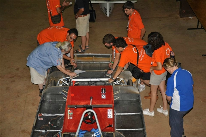 Teknik kontrolleri devam eden ekip görevliye aracın tanım noktalarını anlatıyor.