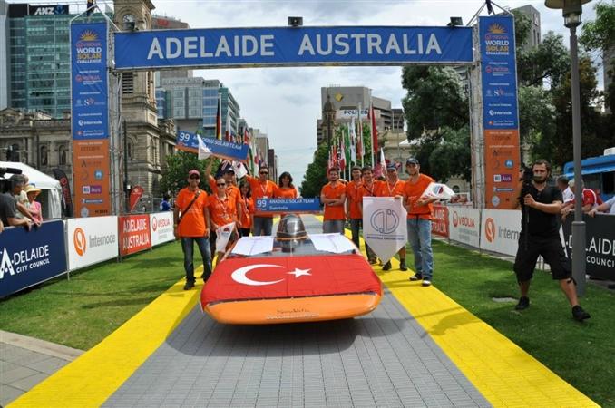 Anadolu Üniversitesi'nde faaliyet gösteren Anadolu Güneş Takımı, 2011 yılında Dünya'nın en prestijli güneş enerjili araç yarışlarından World Solar Challange (WSC) 'a katıldı. Böylece, WSC'ye katılan 4. Türk Üniversitesi olarak ülkemizi başarı ile temsil ettiler.   Ekip Sayfası: facebook.com/AnadoluSolarTeam