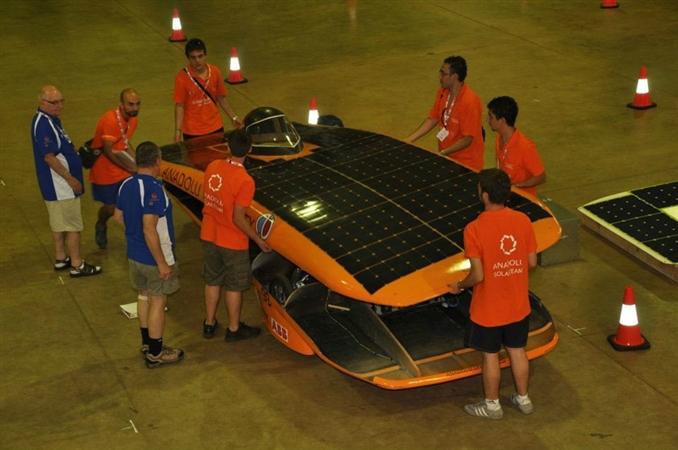 Anadolu Güneş Takımı ekibi, Avusturalya'da Darwin'deki yarış alanına girmeden önce teknik kontrollerden geçiyor. Aracın ağırlığı yaklaşık 155 kilogram.