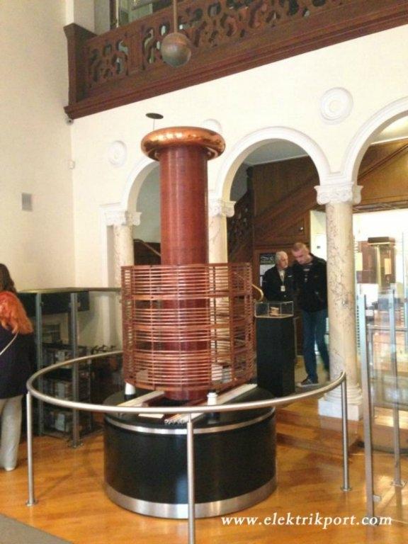 1891 yılı civarında Nikola Tesla tarafından bulunan ve yüksek voltaj, düşük akım ve yüksek frekansta alternatif akım üretmek amacıyla kullanılan TESLA BOBİNİ