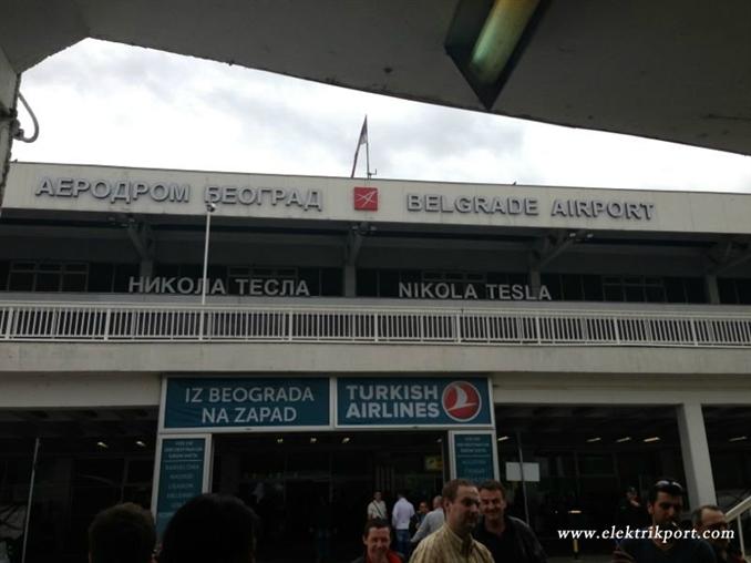 Hava alanıyla birlikte Nikola Tesla sizi karşılıyor.
