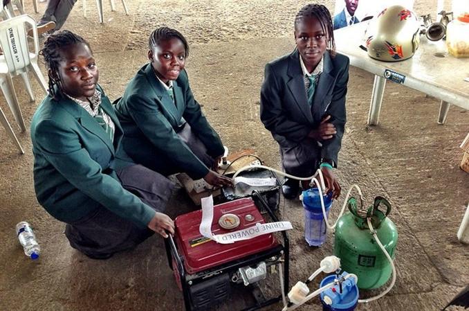 Afet bölgelerinde ve ulaşıma uzak bölgelerde kullanılması planlanan elektrik jeneratörü, idrarla çalışıyor. 1 litre idrar ile 6 saat elektrik üreten sistem, 14-15 yaş arasındaki 4 Nijeryalı öğrenci tarafından geliştirildi.