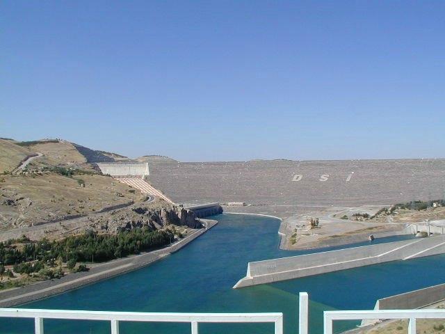 1) Atatürk Barajı ve Hidroelektrik santrali: Atatürk Barajı, Adıyaman ve Şanlıurfa illeri arasında, Fırat Nehri üzerinde kurulu olup, enerji ve sulama amaçlıdır. 1983 yılında inşaatı başlamış olan baraj 1992 yılında işletmeye açıldı. 169 metre yüksekliğe sahip 2400 MW güç üretim kapasitesine sahiptir.