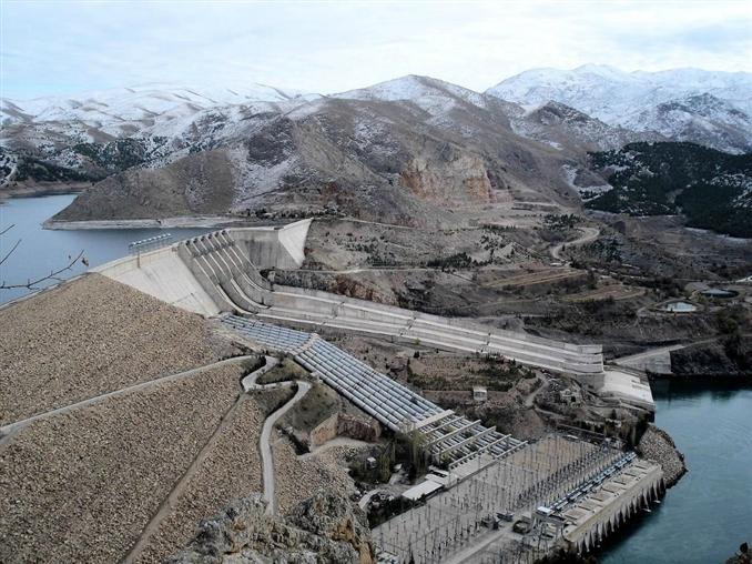 3) Keban Barajı ve Hidroelektrik santrali: Keban Barajı, Keban ilçesinde, Fırat Nehri üzerinde, 1965-1975 yılları arasında inşa edilmiş olan elektrik enerjisi üretimi amaçlı barajdır. 210 metre yüksekliği vardır. 1330 MW kurulu güce sahiptir.