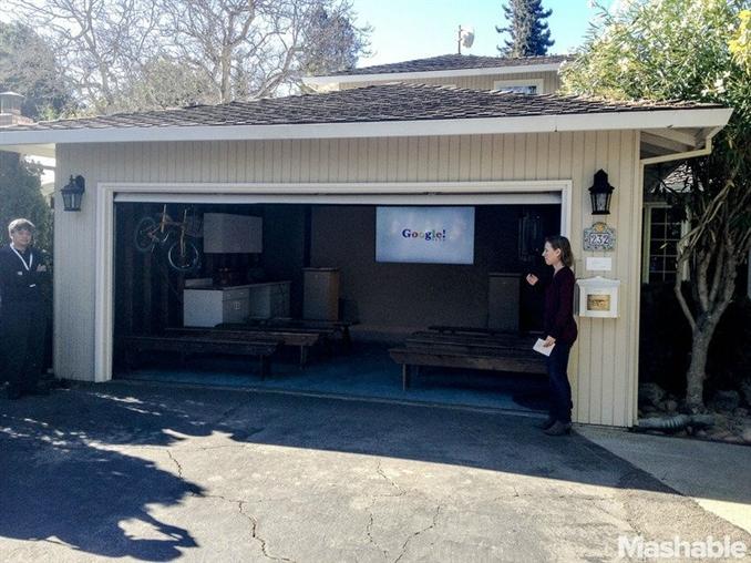 Google Garaj ::  Larry Page ve Sergey Brin dünyanın en büyük teknoloji şirketlerinden biri olan Google u kurmasının üstünden 15 yıl geçti. Google kurucuları Stanford da kaldıkları yurda yakın olan 3 odası bulunan bir evi kiraladılar. Kurucular yeni arama motorları için Stanford'un sunucularını kullandılar   Google'ın burayı şimdi kullanılmıyor ama 15. Doğum günlerini burada kutladılar. Google arama ürünlerindeki değişiklikleri bugün buradan ilan ettiler.