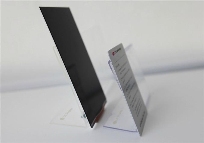 LG 5.2 inçlik dünyanın en ince ekranını duyurdu. Yeni ekranla birlikte telefonlar daha ince ve daha şık duruyor.  2.2 mm lik incelikle(çerçeveyle 2.3mm) dünyadaki rakip firmalara meydan okudu. Ayrıca ekran, dünyanın en dar çerçeve genişliğine sahip oluşu ile de dikkat çekmeyi başarıyor.