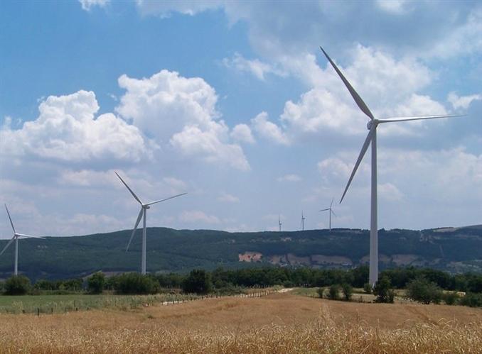 Aksa Enerji Balıkesir Şamlı Rüzgâr Enerjisi Santrali (90 MW):   Balıkesir'in Şamlı bölgesindeki 90MW kapasiteli rüzgar parkında 80 metre yüksekliğindeki 30 adet VESTAS 3MW V90 rüzgar türbini bulunmaktadır. Lisans sahibi Baki Elektrik Üretim Ltd. Şti.'dir. Gold Standard certification (Altın Standart Sertifika) başvurusu yapılmıştır. Vestas ile yapılan 5 yıllık O&M anlaşması altında %95 emre amede olarak çalışmaktadır. Türbinler 2010-2011 yıllarında nakledilmiştir ve nakliyeyi takiben 2011 yılının 3. çeyreğinde kurulumu yapılmıştır.