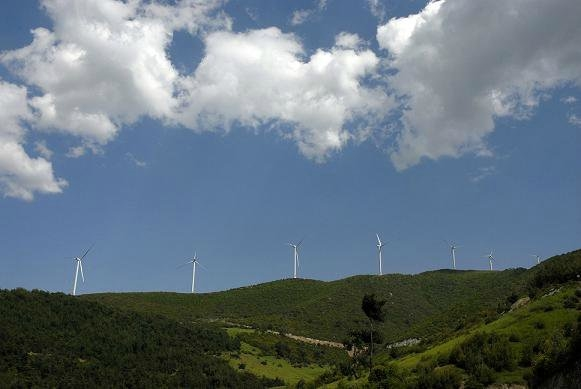 Zorlu Enerji (Rotor) Gökçedağ Rüzgâr Enerjisi Santrali (135 MW):  2008 Temmuz'da yapımına başlanan santral, 85 metrelik kulelere sahip. Her biri 356 ton ağırlığındaki 54 türbinin montajı 2010 yılı başında tamamlanmıştır. 2,5 MW'lık her bir türbinin kanat çapı 100 metredir. Yılda yaklaşık 500 kW/h elektrik üreterek, yaklaşık 170.000 hanenin ihtiyacını karşılayacaktır.
