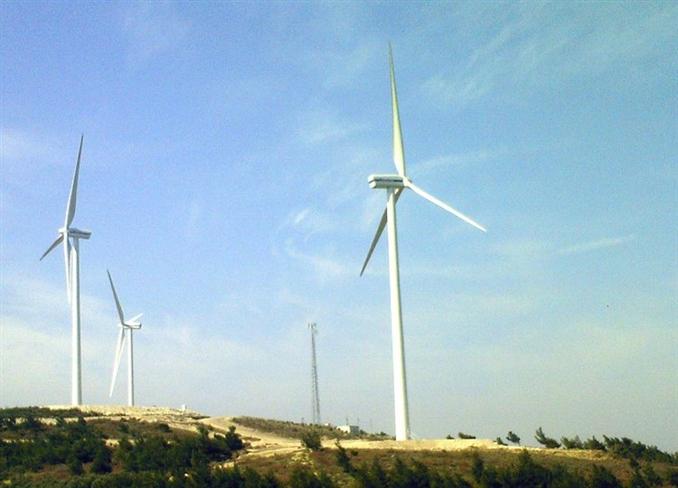 Aksa Enerji Manisa Karakurt Rüzgâr Enerjisi Santrali (10.8 MW):  Türkiye'deki karbon salınımları için Voluntary Emission Certificates [Gönüllü Emisyon Sertifikaları] (VCS+) hak eden ilk rüzgar parkıdır. Devreye alma 2007 yılında yapılmıştır. Lisans sahibi Deniz Elektrik Üretim Ltd. Şti.'dir. 80 m. yüksekliğindeki kuleler ile 6 adet VESTAS 1.8MW V90 rüzgar türbini bulunmaktadır. Vestas ile yapılan 3 yıllık O&M anlaşması altında %95 emre amade garantisi mevcuttur.