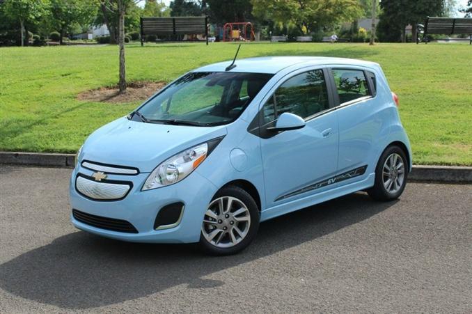 2013 Chevrolet Spark EV | $27,495:::20 kWh'lik bataryası, 131 km (EPA), 110 kW motoru ile Chevrolet, daha önce yapmış olduğu Volt adlı modelinden sonra elektrikli araç yapısını Spark adlı yeni modeline taşıdı. Aerodinamiğini daha da geliştirerek, beğenilen özelliklerine bu aracında da yer verdi. Ayrıca beklenenlerin üzerinde büyük torku ile motoru oldukça güçlü.