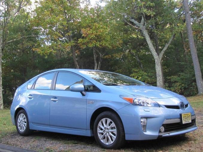 2013 Toyota Prius Plug-In Hybrid | $32,795:::5.2 kWh'lik batarya, 18 km (EPA), 60 kW motor bilgilerine sahip olan Toyota'nın bu elektrikli aracı malesef bugünler teknolojik hızı yakalayamıyor. Bataryasının düşüklüğünden dolayı alıcıları pek cezbedemiyor. Ama pratik kullanımı ve araç yapısından dolayı tercih edilebilir bir elektrikli araç olarak görülüyor.