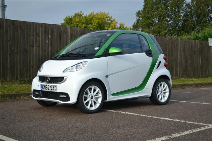 2013 Smart Fortwo Electric Drive | $25,750:::17.6 kWh'lik bataryası, 110 km (EPA), 55 kW motor ile piyasadaki en yeni ve ucuz akıllı elektrikli araçlardandır. Sadece iki kişilik koltuğa sahiptir, fakat diğer benzinli otomobiller gibi sartınlara maruz kalmazsınız. Yolculuk için şimdilik yeterli güce sahiptir. Fiyatı elektrikli araç kullanmak isteyenler için gayet caziptir.