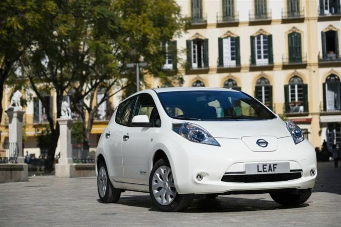 """2013 Nissan Leaf   $29,650:::24 kWh'lik batarya, 120 km (EPA), 80 kW motoru ile """"Leaf"""" olarak bilenen elektrikli araçlardan biridir. Şu an bu aracın batarya sorunlarından dolayı satış rakamları pek iyi sayılmaz. Ama hala piyasadaki en kullanışlı araçlardan biridir. 2013'teki fiyat düşüşünden dolayı daha cazip bir elektrikli araç haline geldi."""