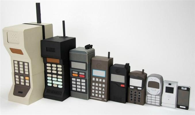 1973' te icat edilen ve hayatımıza 1994' te giren cep telefonları çok hızlı bir şekilde gelişmeye devam ediyor. Geçmişteki cep telefonlarıyla bugünün akıllı telefonlarını kıyasladığımızda aradaki farkın ne denli büyük olduğu çok açık. Bu fotoportta sizler için geleceğin cep telefonu konseptlerini araştırdık.