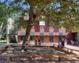 Michael J. Homer Science & Student Life Center, Atherton, Calif. - 44.109 metrekarelik bina, bilimsel araştırma alanlarında sekiz gelişmiş derslikten oluşan, 700 kişilik oditoryum, tam ticari bir mutfak ile 350 kişilik yemek salonu ve idari ofislerin bulunduğu güçlü bir öğrenme topluluğunu teşvik etmektedir.