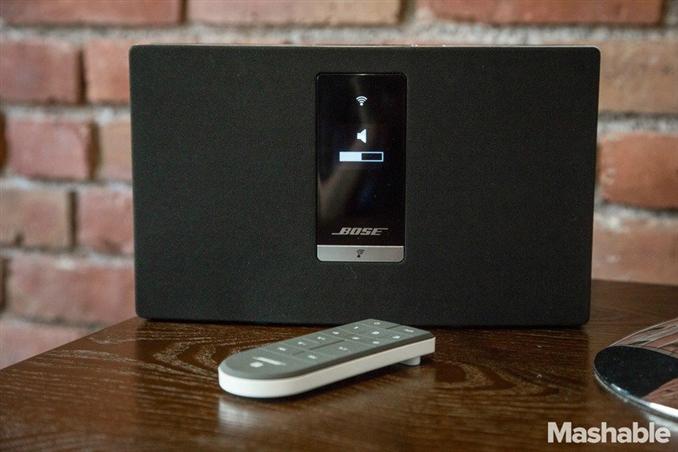 Bose SoundTouch ses sistemi ile birçok odada aynı anda aynı ya da farklı müzikleri çalabilirsiniz. Hoparlörü üstünde olan cihazın tüm kontrollerini ise telefon ve tabletler için yapılan uygulamalarla yapabilirsiniz.