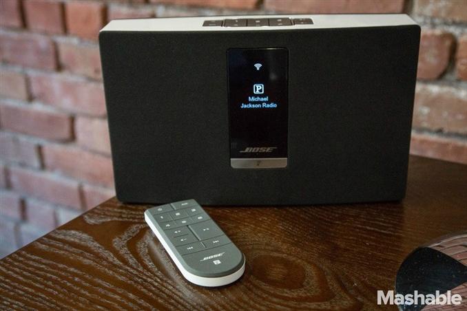SoundTouch Portable ($399), kablosuz olarak pille çalışan tek model. İstediğiniz yere rahatça götürebilirsiniz. Pili değiştirilebilir.