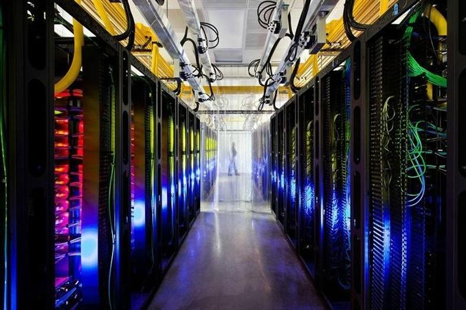 Burası renki ışık showları yapılan bir yer değil! Kampüsün ağ odasına hoşgeldiniz. Bu odadaki ağ evinizdeki internetten yaklaşık 200 bin kat daha hızlı çalışıyor. Sarı kanallar kampüsü baştan sona saran fiberoptik kabloları koruyor.
