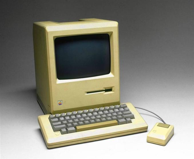 İlk Machintosh 1984 yılında duyuruldu. Hızlı bir başarı yakaladı ve Jobs'un bu makinada kullanılması için tasarladığı programlarla birlikte popülerliği devam etti.