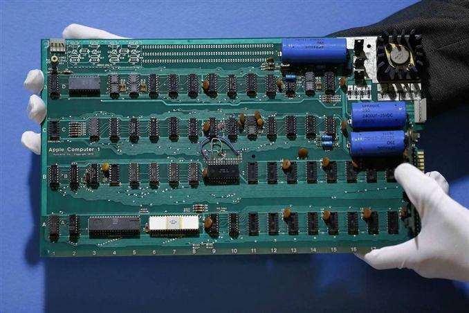 Apple'ın ilk kişisel bilgisayarı Apple-1  in 22 seri numaralı ürünü; Steve Wozniak tarafından tasarlanan bu bilgisayar klavye, kasa yada monitöre sahip olmamasına rağmen 1976 Temmuz'un da 666,66 $ fiyatla satışa çıktı.