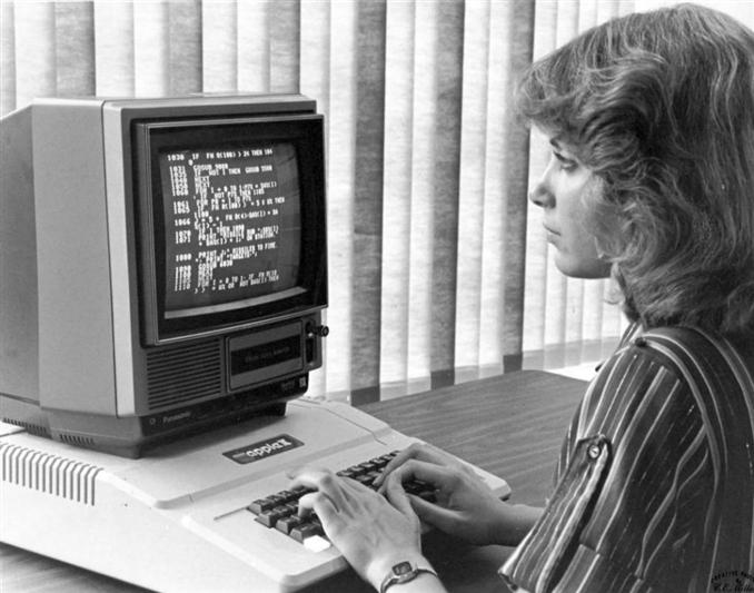 Bir Apple çalışanı Apple-2 de program yazarken…