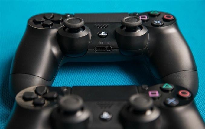 """Dualshock 4: Playstation denince akla ilk gelen de kontrol kumandası oluyor ki onun da özel bir adı var: """"Dualshock"""". Playstation 4'te kullanılan Dualshock ise tamamen yeniden dizayn edilmiş. Bazı eski özellikler devam ettirilirken birçok yeni özellik eklenmiş ve yeni görünümüne kavuşmuş."""