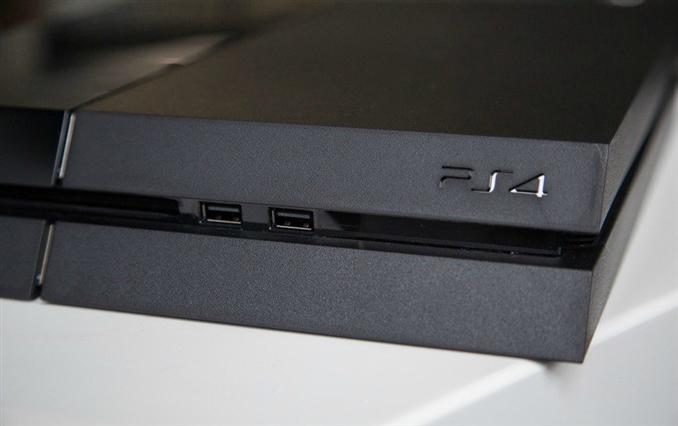 Paralelkenar Tasarım: Playstation 4'te küp tasarımından vazgeçilmiş ancak onun yerine paralelkenar tasarımı tercih edilmiş. 10.8 inç genişliğinde ve 12 inç uzunluğunda olan cihaz ufak tasarımıyla da dikkat çekiyor.