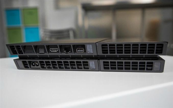 Portlar: Cihazın arka kısmı ise tüm ısıyı kolayca dışarı gönderebilecek şekilde tasarlanmış. Güç, HDMI, optik, ethernet ve Playstation Kamera portları da burada sıralanmış.