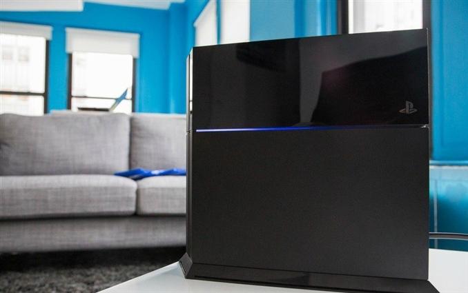 Parlak Işık: Playstation 4 tasarımının ön kısmı parlak bir LED ışığı ile ikiye ayrılmış ve bu LED ışık cihaz çalışırken mavi rengini alıyor ve Playstation açık olduğu sürece yanmaya devam ediyor. Bazı kullanıcılar bu ışığın kırmızı renkte oluştuğunu ve cihazın açılmadığını belirtirken, Sony yetkilileri bu hatanın giderilmesi için çalışıyorlar.