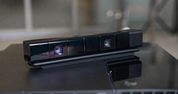 Playstation Kamera: Playstation 4 kendi kamerasına sahip. Ayrı olarak satılan kameranın yurtdışı fiyatı 60 dolar. 2 lens ile 3D resimler çekebilen kamera, üzerindeki minik mikrofon ile sesleri de algılayabiliyor.