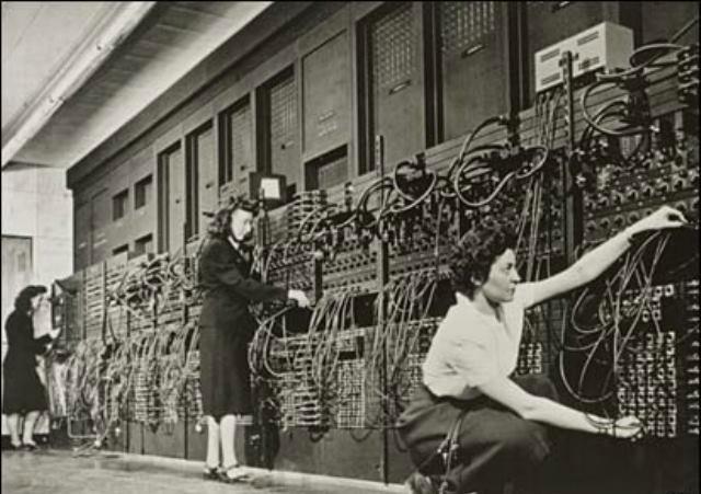 ENIAC isimli ilk bilgisayarda vakumlu tüpler kullanılıyordu ve bu sistem daha sonra lambalı sistemlerin gelişmesine yol açtı. Transistör'ün icadı henüz gerçekleşmediği için çok büyük boyutlarda olan bilgisayar, çeşitli hesaplamaları 3-4 insan kontrolü ile gerçekleştiriyordu.