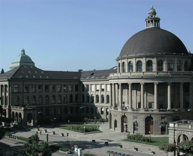 8)  Zürih Federal Teknoloji Enstitüsü::: Üniversite 1854 yılında İsviçre Konfederasyonu tarafından kurulmuştur. İlk açılan bu bölümler mimarlık, inşaat mühendisliği, makine mühendisliği, ormancılık, kimya bölümleriydi. Daha sonradan üniversiteye yeni bölümler eklenmiş siyasi bilimler, matematik, fen bilimleri ve edebiyat alanlarında yeni bölümler açılmıştır. Zürih Üniversitesi kanton yönetimine bağlıyken, ETH Zürih federal bir üniversitedir. Günümüzde üniversitede 16 akademik bölüm yer almaktadır. Üniversitede günümüzde 12.705 öğrenci eğitim görmektedir.
