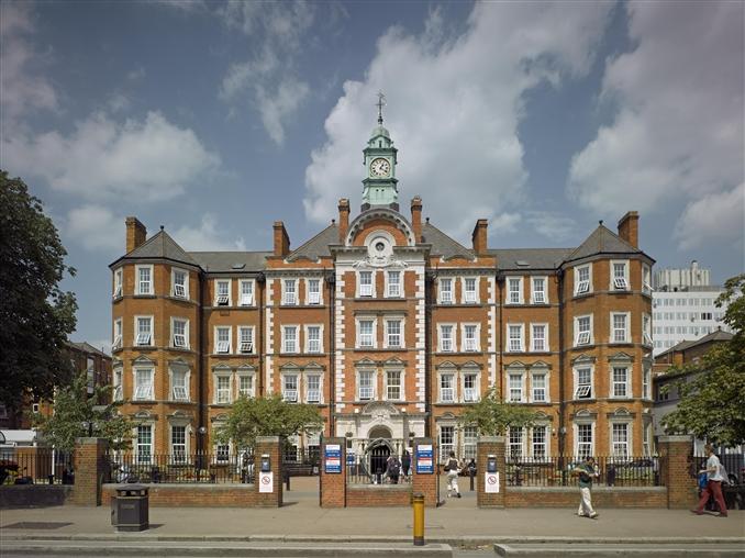 10) Londra Imperial Koleji::: Imperial kolejindeki öğretim ve araştırma, Imperial İşletme Okulu ve beşeri bilimler departmanı tarafından bu alanda daha yakın fakülteler tamamlanmış olmasına rağmen bilim , mühendislik ve tıbba odaklanmıştır. Imperial Koleji'nin ana kampusü, Exhibition Road'da bulunan ön girişi ile Royal Borough Kensington,Chelsea ve City of Westminister arasında sınır olan güney Kensington'da yer almaktadır. Londra Üniversitesi'nin eski bir kurucu koleji olan Imperial Koleji kuruluşunun 100.yıldönümü 8 Temmuz 2007'de Londra Üniversitesi'nden bağımsız olmuştur.