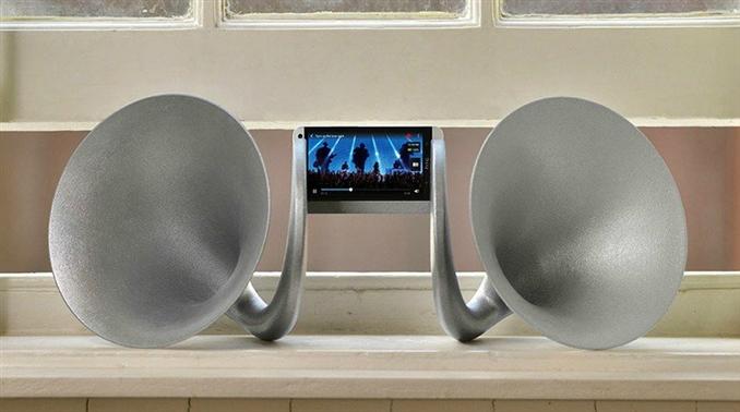 Gramohorn II: HTC One modeli bir akıllı telefon hoparlöründen daha da yüksek ses çıkışı elde etmek için yapılan bu tasarımla herhangi bir enerji harcamadan ses yükseltme işlemi gerçekleştirilmiş.