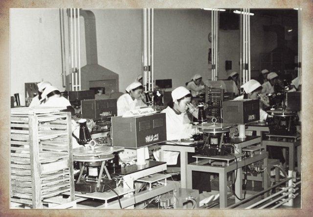 Samsung 1972 yılında Siyah-Beyaz TV üretimine başladı. Bu yıldan sonra Samsung çamaşır makinası ve buzdolabı gibi ürünlerin üretimine de başladı.